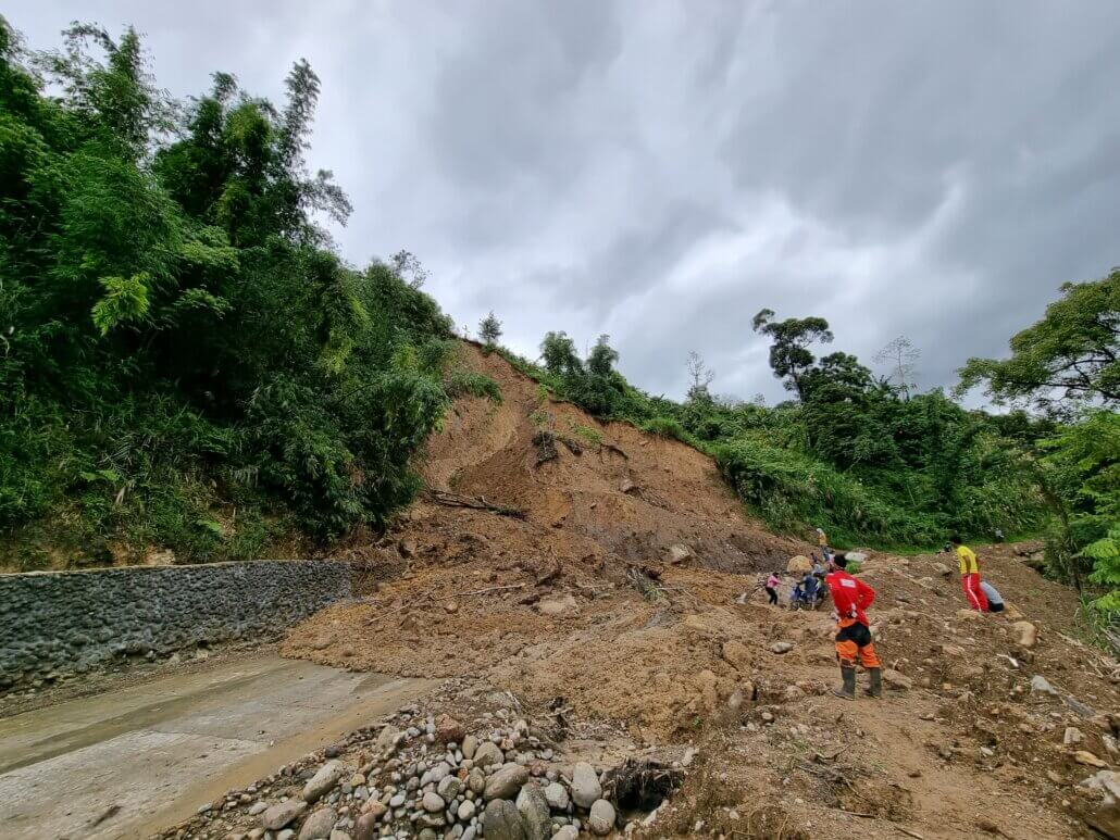 The landslide covered a portion of the road, making it impossible for vehicles to pass throigh.